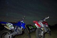 Bicicletas da sujeira sob as estrelas Fotografia de Stock Royalty Free