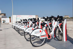 Bicicletas de Abu Dhabi Bikeshare Imagenes de archivo