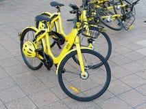 Bicicletas de alquiler a corto plazo amarillas de la parte Foto de archivo libre de regalías