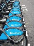 Bicicletas de alquiler de Londres en fila Fotografía de archivo libre de regalías
