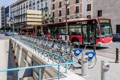 Bicicletas de alquiler en Valencia, España Foto de archivo