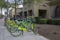 Bicicletas de alquiler de la comunidad en Scottsdale Arizona Imagenes de archivo