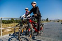 Bicicletas de montada dos povos imagem de stock royalty free
