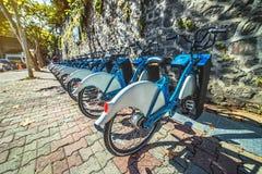 Bicicletas de visita turístico de excursión de alquiler del municipio metropolitano de Estambul en el distrito de Besiktas fotografía de archivo