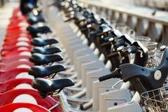 Bicicletas del alquiler de la ciudad estacionadas en fila Foto de archivo
