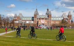 Bicicletas del montar a caballo en Amsterdam Fotos de archivo libres de regalías