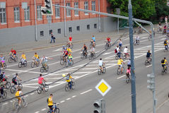 Bicicletas del paseo de la gente en Moscú Foto de archivo