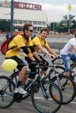 Bicicletas del paseo de la gente en Moscú Fotos de archivo libres de regalías