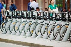 Bicicletas del soporte de alquiler de la bicicleta de Moscú en el estacionamiento especializado en las calles con la posición fotografía de archivo