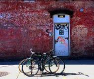 Bicicletas dentro de uma construção de NYC Fotos de Stock Royalty Free