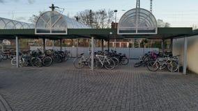 Bicicletas do estacionamento foto de stock