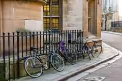 Bicicletas do impulso do estudante de Universidade de Cambridge Foto de Stock Royalty Free