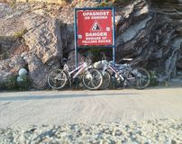 Bicicletas dos esportes estacionadas perto das rochas imagem de stock