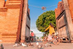 Bicicletas dos passeios dos turistas na porta de Thapae na cidade de Chiang Mai imagens de stock