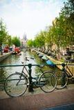 Bicicletas e canal de Amsterdão Fotos de Stock