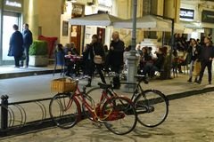 Bicicletas e jantares do nivelamento foto de stock