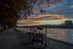 Bicicletas e por do sol nos lagos, em Copenhaga Fotos de Stock