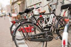 Bicicletas em Amsterdão, Holland imagens de stock