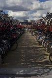 Bicicletas em Amsterdão (os Países Baixos) Fotografia de Stock Royalty Free