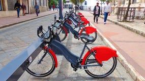 Bicicletas em uma estação alugado imagem de stock royalty free
