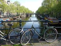 Bicicletas em uma ponte Foto de Stock Royalty Free