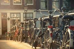 Bicicletas em uma ponte em Amsterdão, Países Baixos Foto de Stock Royalty Free