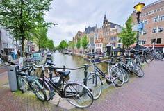 Bicicletas en Amsterdam Imágenes de archivo libres de regalías