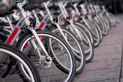 Bicicletas en el ambiente de la ciudad Foto de archivo libre de regalías
