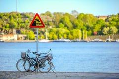 Bicicletas en el canal de Estocolmo Imagen de archivo libre de regalías