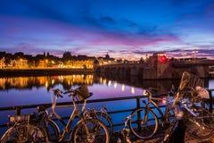 Bicicletas en el río Mosa en Maastricht Países Bajos Fotografía de archivo