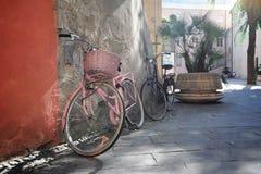 Bicicletas en la calle asoleada Imagenes de archivo