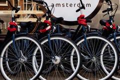 Bicicletas en la calle de Amsterdam Imagen de archivo libre de regalías