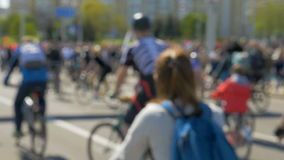 Bicicletas en la calle - 180fps a cámara lenta almacen de video