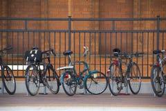 Bicicletas en la estación de tren Fotografía de archivo