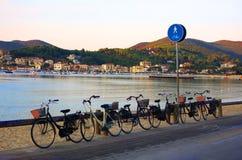 Bicicletas en la playa Foto de archivo
