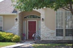 Bicicletas en la puerta principal imágenes de archivo libres de regalías