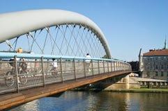 Bicicletas en la senda para peatones en un puente Imágenes de archivo libres de regalías