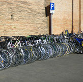 Bicicletas en una fila. Imagen de archivo libre de regalías