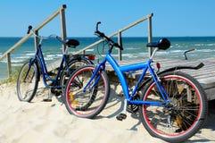 Bicicletas en una playa arenosa Fotos de archivo libres de regalías