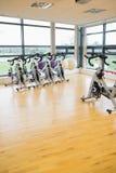 Bicicletas estáticas de giro en sitio del gimnasio Foto de archivo libre de regalías