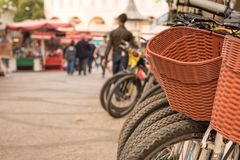 bicicletas estacionadas das bicicletas para o aluguel no passeio imagens de stock royalty free