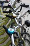 Bicicletas estacionadas em uma fileira Imagem de Stock Royalty Free