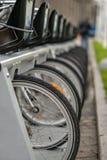 Bicicletas estacionadas em uma fileira Imagens de Stock Royalty Free