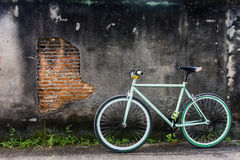 Bicicletas estacionadas fora das paredes velhas Foto de Stock Royalty Free