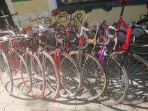 Bicicletas estacionadas fora de uma loja da bicicleta Fotos de Stock Royalty Free