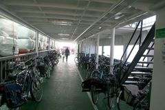 bicicletas estacionadas na balsa Fotos de Stock