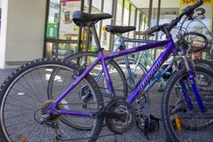 Bicicletas estacionadas na entrada do supermercado fotografia de stock