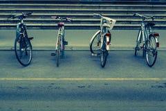 Bicicletas estacionadas na escadaria da construção fotografia de stock royalty free