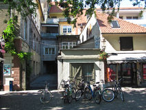 Bicicletas estacionadas na loja próxima da rua Ljubljana, Slovenia Fotos de Stock Royalty Free