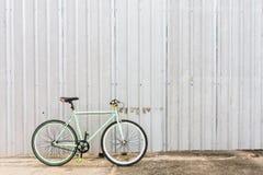 Bicicletas estacionadas na parede lateral da chapa metálica Imagem de Stock Royalty Free
